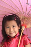 Asiatisches chinesisches Mädchen mit Regenschirm Stockbild