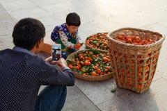 Asiatisches chinesisches Vatertrieb auf Handykamera seine Tochter stockfotografie