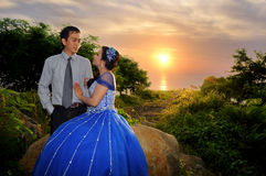 Asiatisches Eleganzhochzeits-Paare ourdoor mit Sonnenuntergang backgound Stockbilder