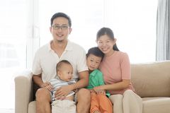 Asiatisches Familienportrait lizenzfreies stockbild