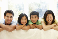 Asiatisches Familienportrait lizenzfreie stockfotos