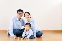 Asiatisches Familienspiel zusammen lizenzfreie stockfotografie