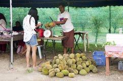 Asiatisches Frauenglück und -lächeln des Reisenden, nachdem Durian-FRU gekauft worden ist Stockfotografie