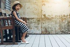Asiatisches gähnendes Kindermädchen Stockfoto