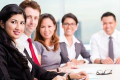 Asiatisches Geschäfts-Team in der Konferenzsitzung Lizenzfreie Stockbilder