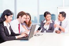 Asiatisches Geschäfts-Team in der Strategiesitzung Stockfotos
