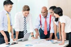 Asiatisches Geschäfts-Team in der Strategiesitzung Stockfotografie