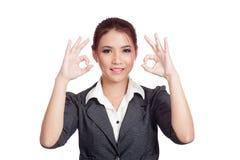 Asiatisches Geschäftsfrau-Showdoppeltes O.K.-Handzeichen und Stockbild