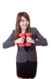 Asiatisches Geschäftsfraulächeln, das Dummköpfe zusammenhält Lizenzfreie Stockfotografie