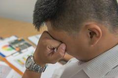 Asiatisches Geschäftsmanngefühl erschöpft und frustriert im Büro stockbild