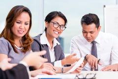 Asiatisches Geschäftsteambrainstorming Lizenzfreies Stockbild