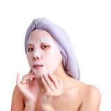 Asiatisches Gesicht der jungen Frau, das Mädchenzutreffen im Gesicht ziehen weg Maske ab Stockfoto