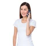 Asiatisches Gespräch der jungen Frau zum Mobiltelefon Stockfotografie
