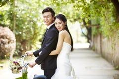 Asiatisches Hochzeitspaar-Reitfahrrad lizenzfreie stockbilder
