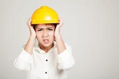 Asiatisches Ingenieurmädchen mit Schutzhelm erhielt Kopfschmerzen Stockfotos