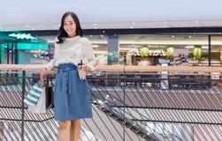 Asiatisches jugendliches städtisches Verhalten wie der Einkauf lizenzfreie stockfotos