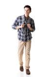 Asiatisches junges reisendes Manngehen lizenzfreie stockfotos
