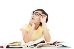 Asiatisches junges Studentenmädchen, das mit Buch denkt stockfoto