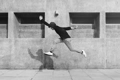 Asiatisches Kerlmitten in der luft jumpshot draußen stockfotografie