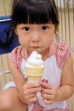 Asiatisches Kind, das Eiscreme isst lizenzfreie stockfotografie