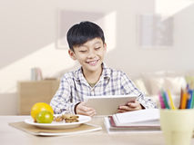 Asiatisches Kind, das Tablet-Computer verwendet Lizenzfreie Stockbilder