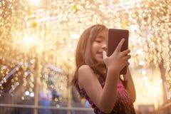 Asiatisches Kind-selfie leben Schwätzchen mit Handy lizenzfreie stockfotografie