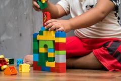 Asiatisches Kinderjungen-Gebäudehaus Stockbild