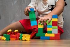 Asiatisches Kinderjungen-Gebäudehaus Stockfoto