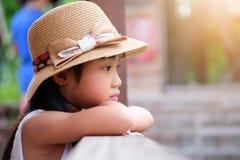 Asiatisches Kindermädchen in einer einsamen Stimmung stockfoto