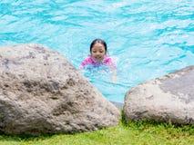 Asiatisches Kindermädchen im Swimmingpool Stockfoto