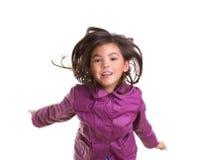 Asiatisches Kindermädchenspringen glücklich mit Winterpurpurmantel Lizenzfreies Stockfoto