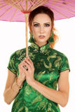 Asiatisches Kleid der roten Hauptfrau mit ernstem Blick des Regenschirmes stockbilder