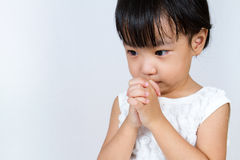 Asiatisches kleines chinesisches betendes Mädchen Stockbild