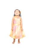 Asiatisches kleines Mädchen, das in einem sehr netten Lächeln aufwirft Stockbild