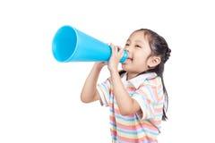 Asiatisches kleines Mädchen kündigen durch Megaphon an stockbild