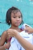 Asiatisches kleines Mädchen mit dem nassen Haar von der Schwimmen Lizenzfreies Stockfoto