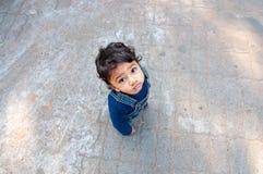 Asiatisches Kleinkind, das oben schaut Lizenzfreies Stockbild