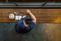 Asiatisches Kurzhaarmädchenschlafen lizenzfreie stockfotografie