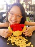 Asiatisches langes Mädchen des schwarzen Haares trägt orange Brillen Sie ist lizenzfreie stockfotos
