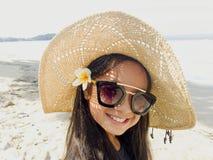 Asiatisches langes Mädchen des schwarzen Haares trägt schwarze Sonnenbrille, Stroh ha stockbild