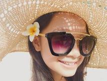Asiatisches langes Mädchen des schwarzen Haares trägt schwarze Sonnenbrille, Stroh ha stockbilder