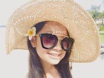 Asiatisches langes Mädchen des schwarzen Haares trägt schwarze Sonnenbrille, Stroh ha stockfotos