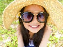 Asiatisches langes Mädchen des schwarzen Haares trägt schwarze Sonnenbrille, Stroh ha lizenzfreie stockbilder