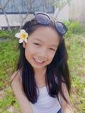 Asiatisches langes Mädchen des schwarzen Haares trägt schwarze Sonnenbrille und Weiß lizenzfreie stockfotografie