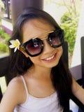 Asiatisches langes Mädchen des schwarzen Haares trägt schwarze Sonnenbrille und Weiß lizenzfreies stockfoto