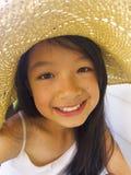 Asiatisches langes Mädchen des schwarzen Haares trägt Strohhut stockfoto
