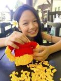 Asiatisches langes Mädchen des schwarzen Haares trägt weiße Blume hinter dem ri lizenzfreie stockbilder