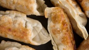 Asiatisches Lebensmittel gebratener Mehlkloß, wenn Wanne gekocht wird stock footage