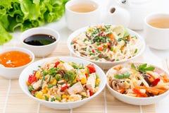 Asiatisches Lebensmittel - gebratener Reis mit Tofu, Nudeln mit Gemüse Stockfotos