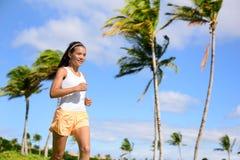 Asiatisches Läufermädchen, das im Natursommer im Freien rüttelt Stockfoto